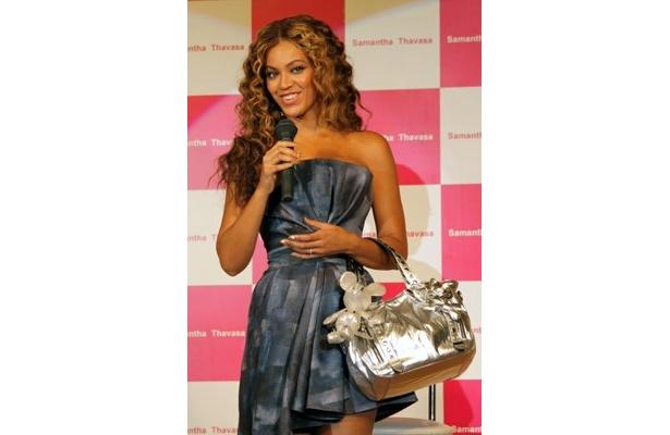バッグがシルバーなので、ドレスは色のあるブルーを選んだというビヨンセ