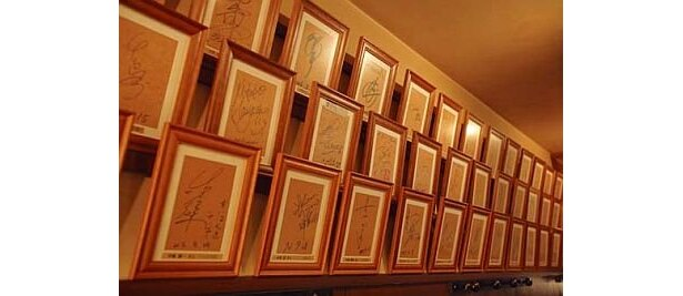 サンモリッツは、吉本の芸人が多数訪れることでも知られる名店。壁一面にサインが飾られているので、チェックすべし