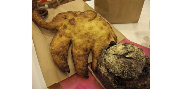 左は超キュートなゾウパン、右は具がぎっしりなゾウダンク(各700円)