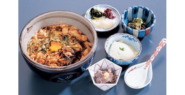 「とようけ丼」(756円)や「京野菜と生湯葉膳」(1782円)など京豆腐の老舗が作る豆腐料理が楽しめる/とようけ茶屋