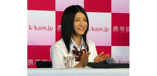 女子高生制服姿で登壇した川島海荷