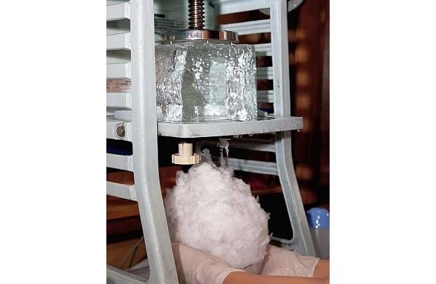 【6】削る前に、氷を−5℃の冷蔵庫で常温である0℃に近づける。そして極めて薄く削りだしていく