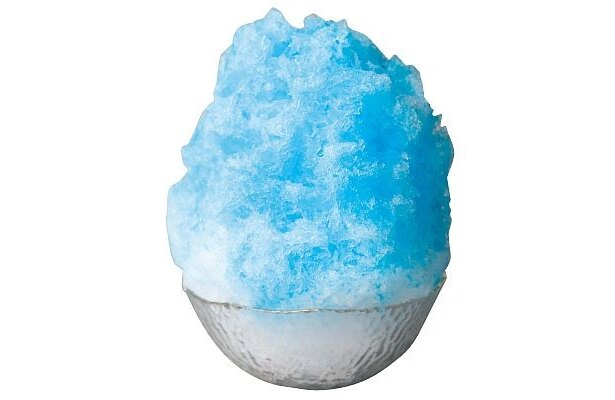 カキ氷の定番「ブルーハワイ」(¥300)。縁日で食べるガリガリの氷とはまったく別もの!