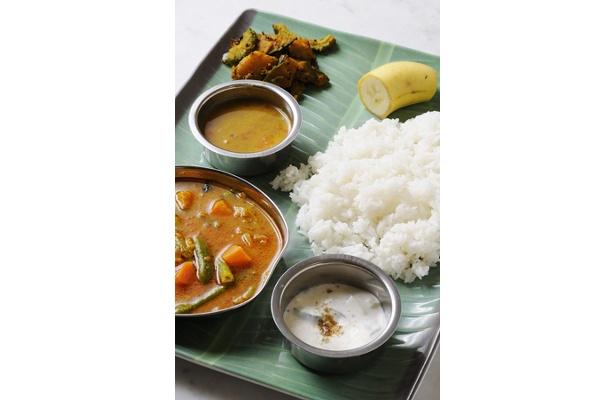 亜州食堂 チョウクの「ミールス」。3つ味のカレーが楽しめる