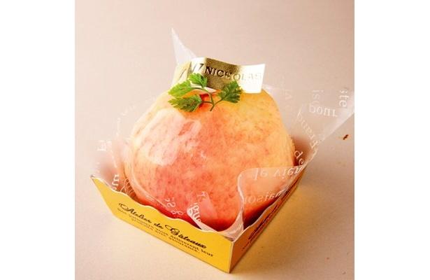 「ニコラス 洋菓子店」(百合ヶ丘)の「丸ごとピーチ」(480円)は、桃の中にカスタードや、フランボワーズ、生クリームを忍ばせた一品