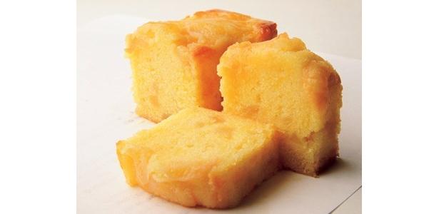 「鎌倉 歐林洞」(鎌倉)の「桃のバウンドケーキ」(1300円)は、しっとり生地と瑞々しい桃の究極ハーモニー