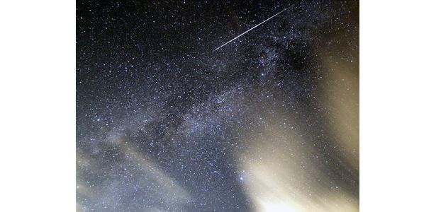 ペルセウス座流星群の流星の写真(2007年8月13日1時14分) 画像提供:吉尾賢治