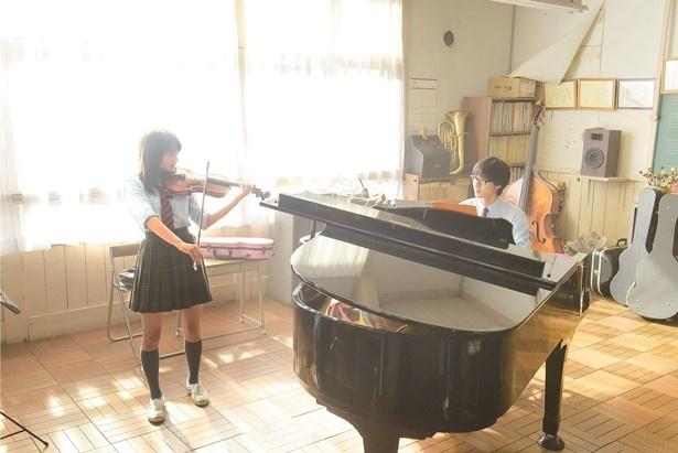 広瀬と山崎が猛練習したという演奏シーン!