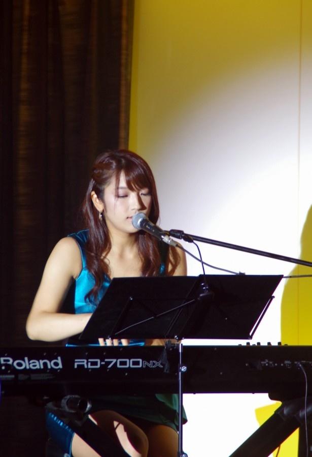 Le Couple「ひだまりの詩」をピアノでの弾き語りで披露した神咲