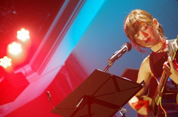 希島の赤い服と唇&青いギターとライトの赤&青の演出が幻想的だった