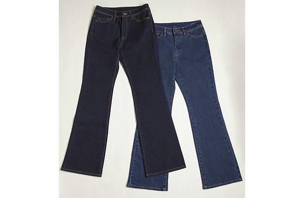 レディスジーンズもネイビーとブルーの2種類あり、サイズはウェスト6サイズ、股下2サイズを展開