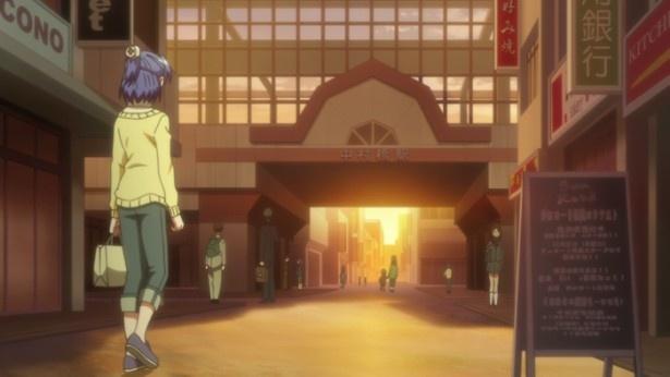 【写真を見る】渚は手作りのケーキを持って、葉子の家へ行こうとする(「中村橋駅」)