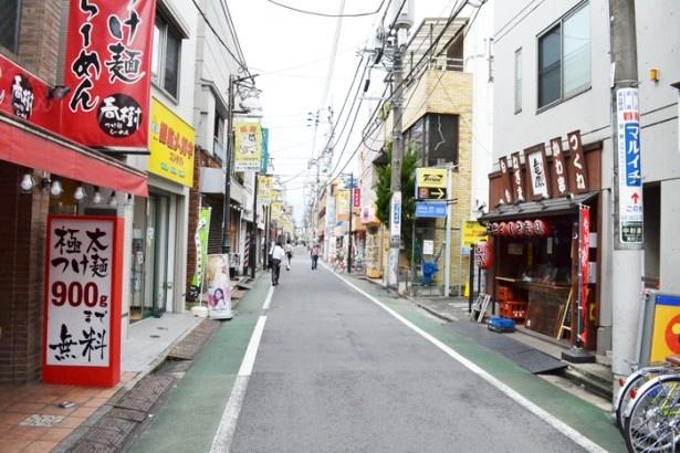 実際はアニメと異なりアーケードはないが、その分開放的な雰囲気の「サンツ中村橋商店街」