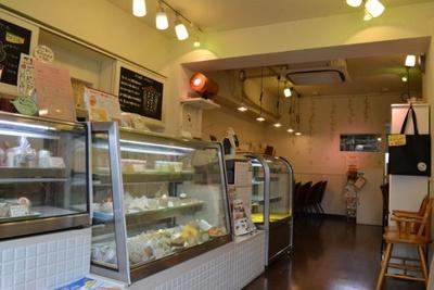 奥のカフェスペースでは、店で販売しているケーキなどが味わえる(「サンツ中村橋商店街のどんぐりの木」)