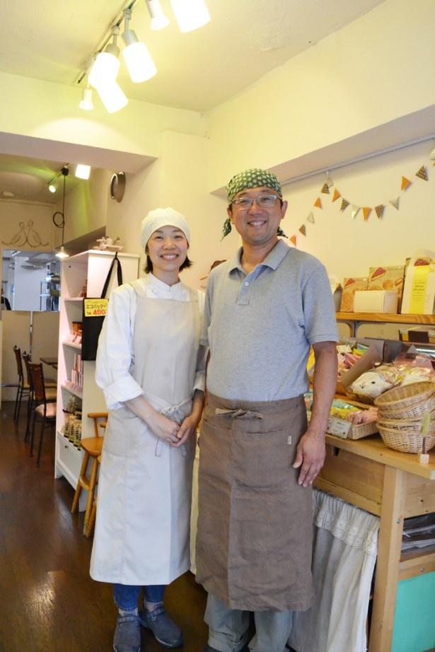 オーナーの佐藤さん(写真右)と、奥様で店長の亜也子さん(同左)。店に並ぶケーキや焼き菓子はすべてパティシエの亜也子さんが手作りしている