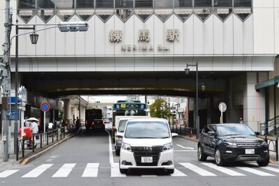 「練馬駅」南口の目の前に千川通りがあり、道沿いは飲食店などでにぎわう