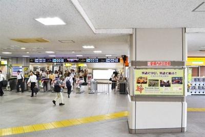 朝陽が葉子との登下校を妄想中に、彼女に呼びかけられたシーンでは「練馬駅」の構内が描かれている