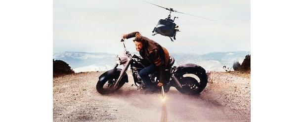 バイクに乗ってヘリコプターと対決。強力な爪を使った見事なアクション!