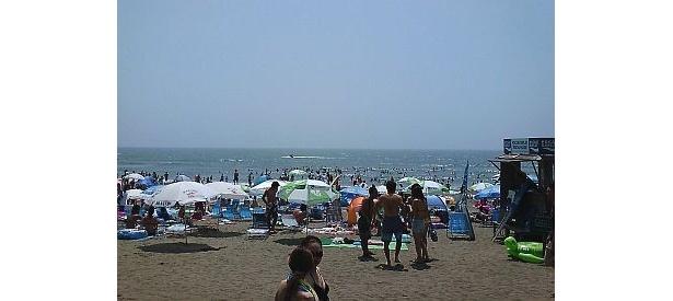 賑わう由比ガ浜海水浴場の様子