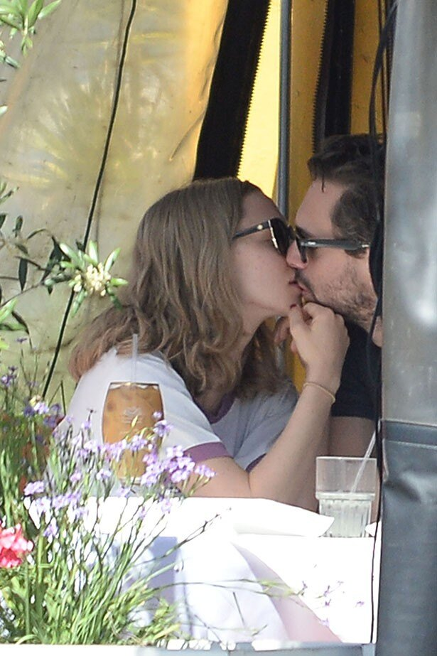 【写真を見る】アマンダとトーマスの熱いキス!