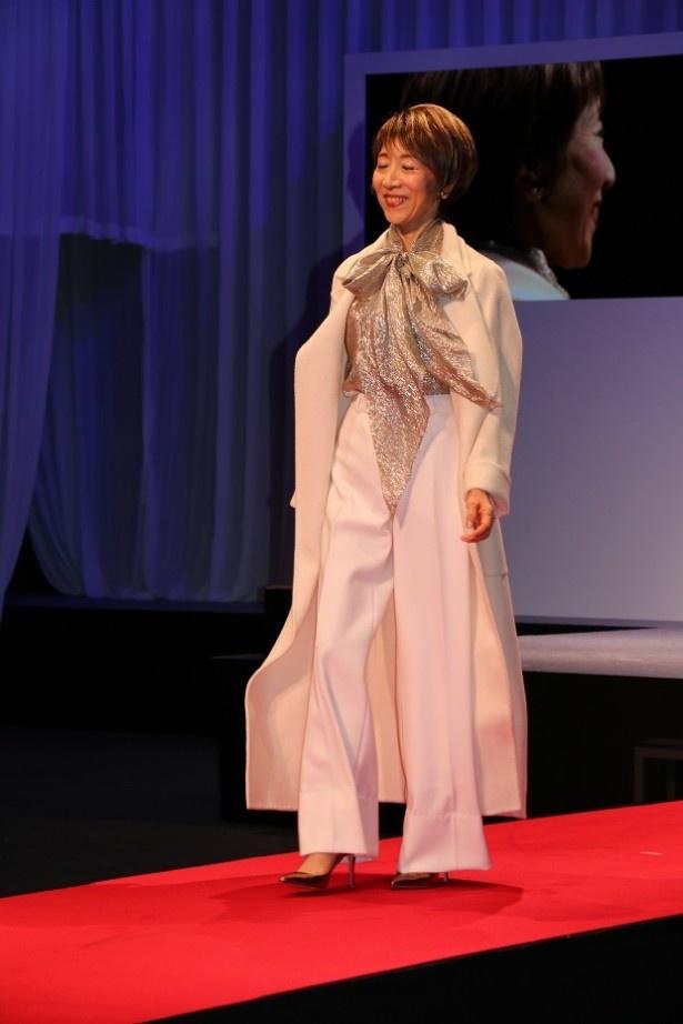 ファッションショーでは、ビックシルエットのコートなどトレンド感のあるアイテムの着こなし術が披露された