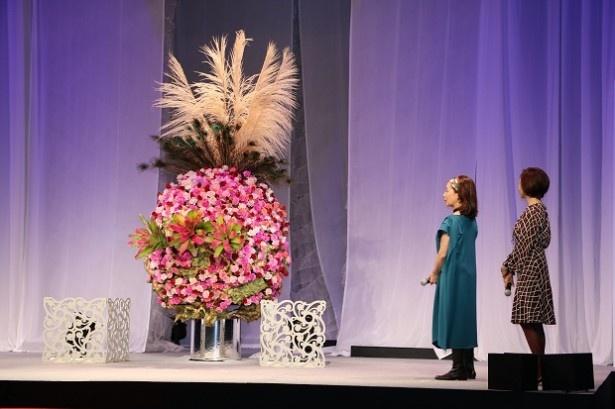 小原流五世家元の小原宏貴は、「咲き誇る花々」をテーマした空間演出や、いけばなオブジェを披露