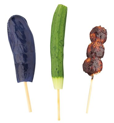 「志ば久」が作る「アイスなすび」(200円)と「アイスきゅうり」(200円)は、3~12月上旬に提供。「呂川茶屋」の「炭焼きだんご」(350円)は、赤味噌ベースのタレが絶品!