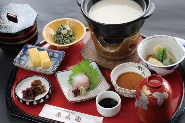 「湯葉料理」(2160円)の魚や野菜は、毎朝仕入れる新鮮なものを使用/魚山園