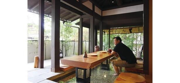 テーブルの下が天然温泉の足湯でスイーツも楽しめるカフェ/大原山荘足湯カフェ