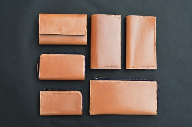 NEW10と名付けられた新しいシリーズが今回のリニューアルに合わせて登場。通常の長財布より一回り小さいサイズ感の縦長の折財布など、新たに10種類が加わった