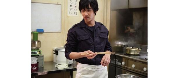 堺雅人扮する主人公・西村は隊員たちのために工夫をこらして食事を作り続ける