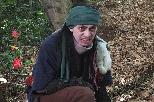 白塗りして赤いコンタクトを入れて牙を着けてロン毛のウイッグを着けて…