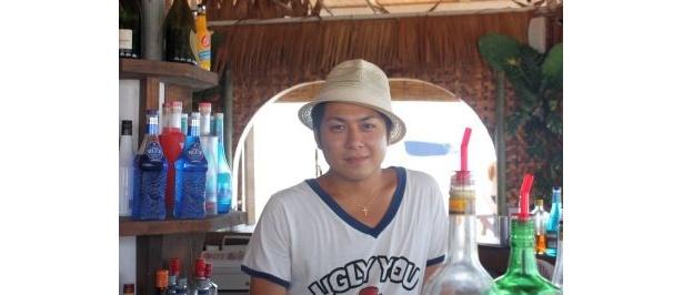 「Yu!gahama」の竹本さんはカウンターの中でお酒を作っていることが多い。気さくに話しかけてくれる
