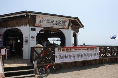 「Yu!gahama」はビーチの東端にあり、テラス席が人気。8/22(土)にはライブの予定も