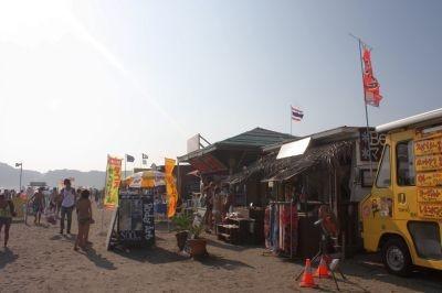 海の家が立ち並ぶ由比ガ浜海水浴場