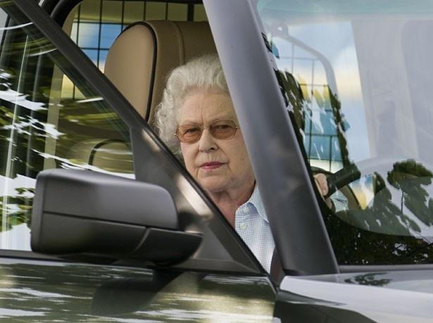 【写真を見る】車の運転席から出てくるエリザベス女王