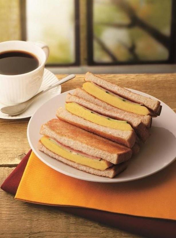 【写真を見る】多くの要望を受けて再登場となった「トーストサンド 厚焼きたまご」(単品460円、ドリンクセット670円)