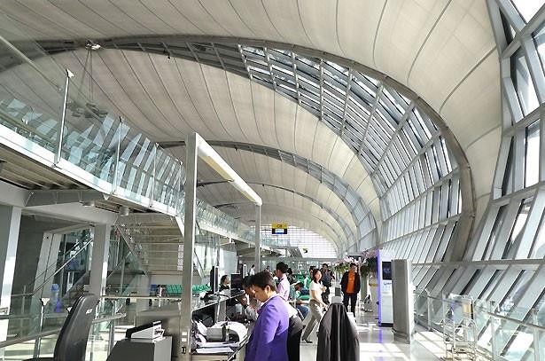 バンコクのスワンナプーム空港の建物は、とても近代的なデザインで開放的
