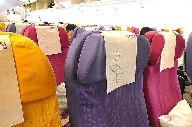 機内のシートはとてもカラフルで明るい雰囲気