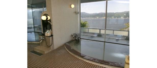 諏訪湖SA(上り線)の「ハイウェイ温泉 諏訪湖」。上諏訪湖温泉からひいてきており、神経痛、筋肉痛、疲労回復などにいいのだとか