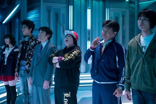 【写真を見る】宇宙を舞台に、地球防衛軍に突然任命された個性豊かな6人の男女が奮闘する姿を描く!