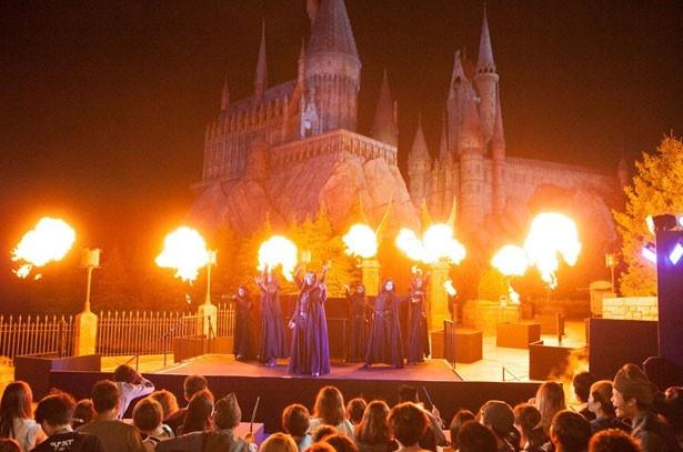 平和な魔法界がハロウィーンの期間中、闇の魔法界に一変する HARRY POTTER, characters, names and related indicia are trademarks of and (c) Warner Bros. Entertainment Inc. Harry Potter Publishing Rights (c) JKR. (s16)