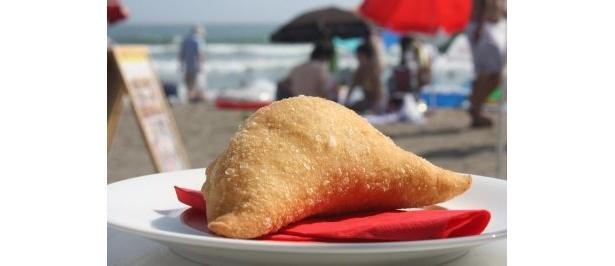 「FIAT CAFFE@Yuigahama Beach」でイチオシの揚げPIZZA(¥500)