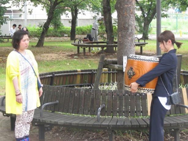 【写真を見る】明子の幼なじみ役で馬場園梓(左)も出演