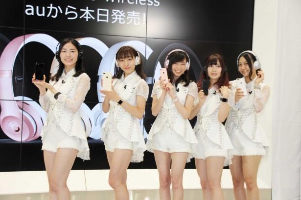 """SKE48は、""""iPhone 7""""のカラーが目立つように白い衣装で登場"""