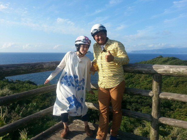 山口智充と濱田マリが島根・隠岐諸島の海士町を巡る(写真右から)