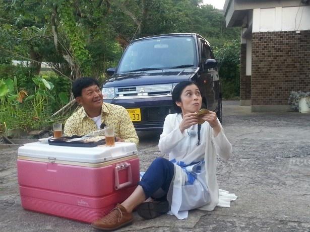 【写真を見る】山口と濱田は海士町の特産品に舌鼓