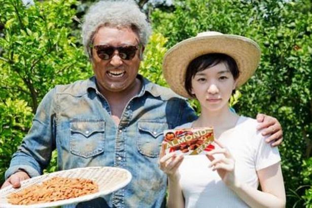 アーモンド農園の園長、ジョージ・ヴァンダムに扮(ふん)した秋山竜次(写真左)と、「アーモンドピーク」開発担当・澤井美香(写真右)