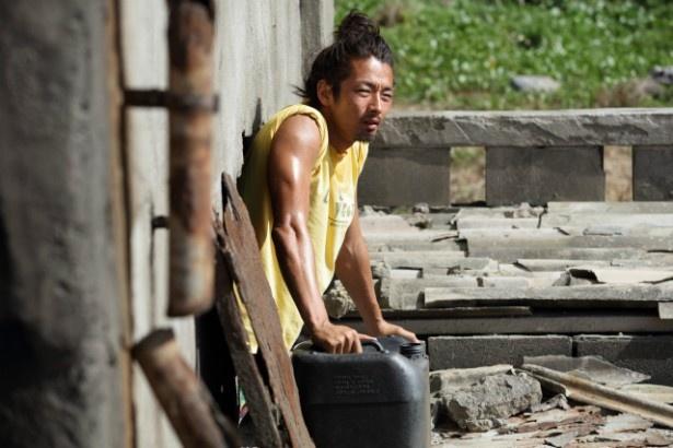 沖縄では、一人でサバイバル生活をする謎の男・田中信吾(森山未來)が出現