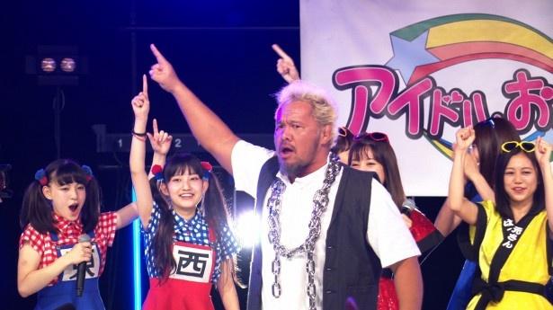 新日本プロレスの暴走キングコングこと真壁刀義選手が5組のアイドルバトルを見守る